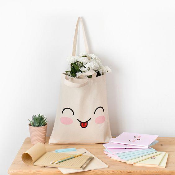 Imagen de producto: https://tienda.postreadiccion.com/img/articulos/secundarias12744-tote-bag-emoji-1.jpg