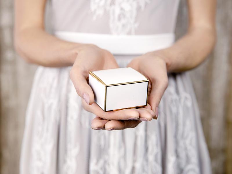 Imagen de producto: https://tienda.postreadiccion.com/img/articulos/secundarias13020-10-cajas-blancas-y-doradas-1.jpg