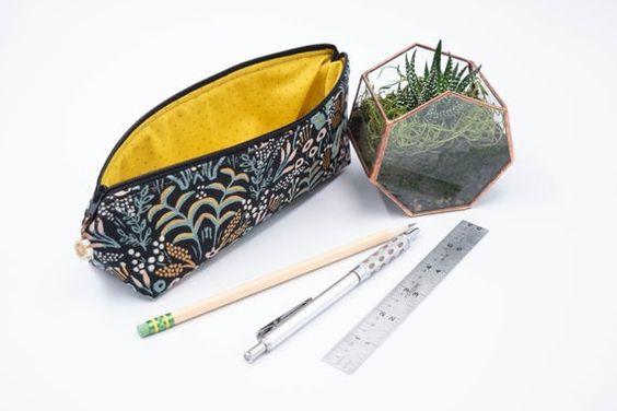 Imagen de producto: https://tienda.postreadiccion.com/img/articulos/secundarias13474-tela-de-menagerie-tapestry-loneta-con-metalizado-media-yarda-3.jpg