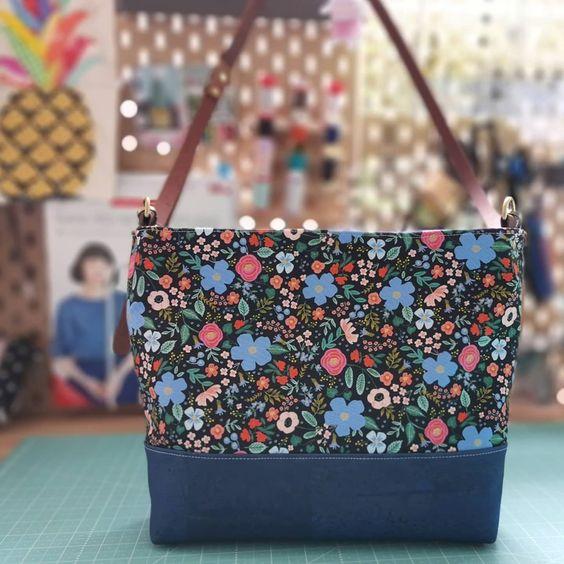 Imagen de producto: https://tienda.postreadiccion.com/img/articulos/secundarias13484-tela-primavera-wild-rose-negro-algodon-con-metalizado-media-yarda-3.jpg